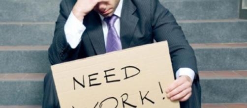 Nell'immagine un disoccupato che rappresenta l'attuale situazione lavorativa in Italia.