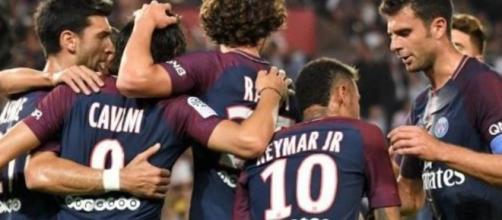 Il Paris Saint Germain festeggia dopo un gol.