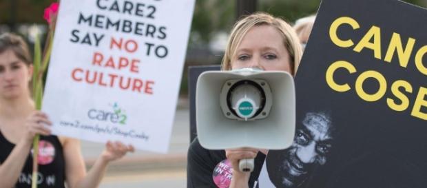 Des militantes des droits des femmes protestent pendant un spectacle de Bill Cosby, mai 2015. (MARCUS INGRAM / GETTY IMAGES NORTH AMERICA / AFP)