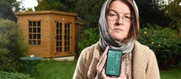 Rachel Hinks afirma que possui hipersensibilidade eletromagnética, o que a torna alérgica ao sinal de Wi-Fi