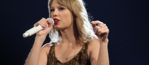 """Taylor Swift has released her latest single """"Gorgeous"""" from her new album """"Reputation."""" [Image Credit via Wikimedia Commons/Author: Eva Rinaldi]"""