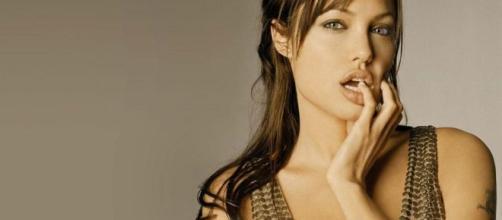 Atriz Angelina Jolie revela vida íntima