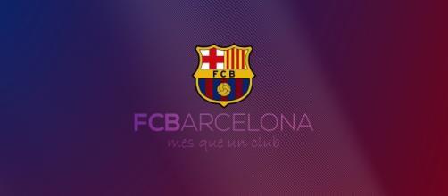 El escudo del fútbol club Barcelona y la vidriera de la catedral