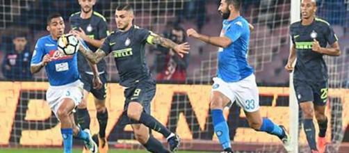 Icardi prova a controllare il pallone tra Allan e Albiol.
