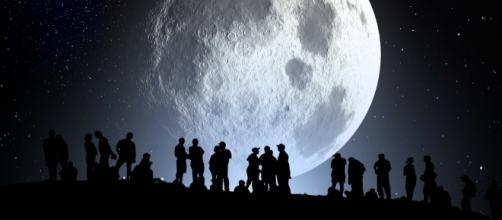 Scoperta una grotta lunare che può ospitare una colonia umana