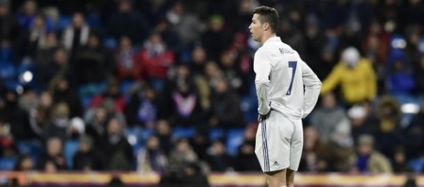 Cristiano Ronaldo con los brazos en jarra en el Santiago Bernabéu. elbocon.pe