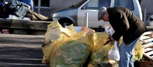 Il governo pensa allo Ius soli mentre gli anziani si cibano di rifiuti