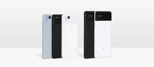 Un'immagine commerciale di Google Pixel 2 e Pixel 2 XL con Android Oreo