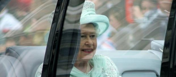 Queen Elizabeth inside a car. [Image Credit: Carfax2/Wikimedia Commons]