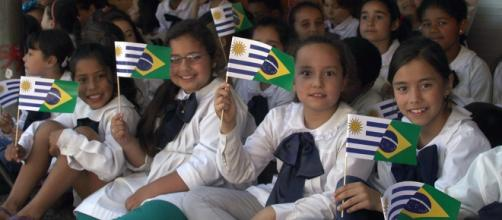 Alunos da Escola Nº 134 recebem brasileiros. Crédito: César Corrêa/Gregory Betermann