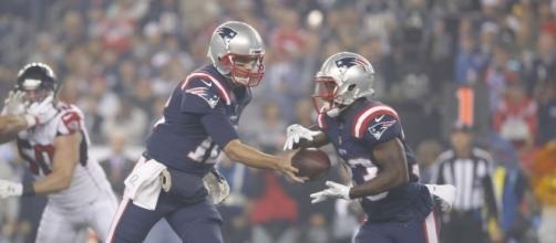 Brady y Lewis fueron los artífices de la victoria en ofensiva para New England. USA Today.com.