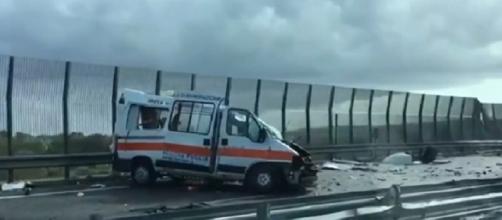 (Fonte immagine: TGCOM24). Scontro fatale tra un'ambulanza e un tir: due morti.