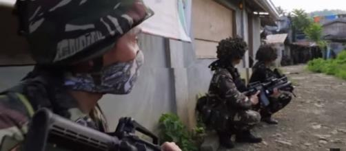 Government troops battling against terrorists in Marawi City, Philippines. [Image Credit: ABC News (Australia)/ YouTube]