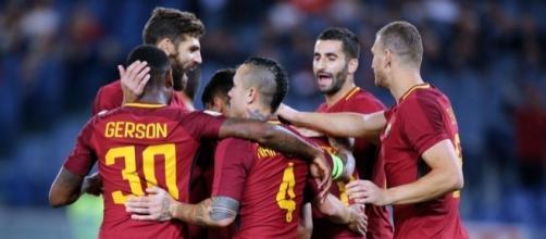 La Roma esulta dopo il rigore di Perotti