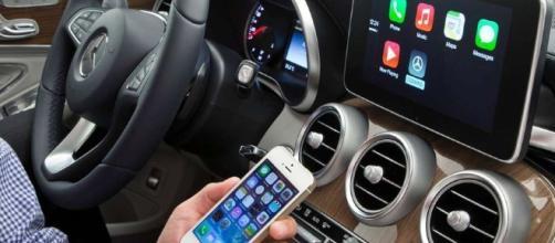 Android Auto e Apple CarPlay: sfida tra pro e contro - Androidiani.com - androidiani.com