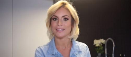 "Carla Moreau (Les Marseillais) lance sa nouvelle chaîne Youtube ""Les blabla de Carla"""