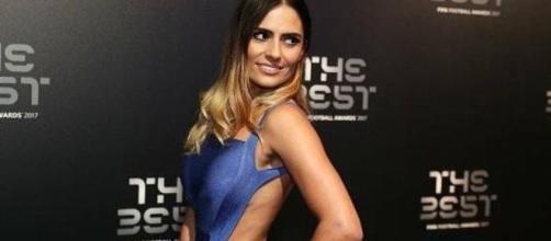 es Layla Anna-Lee, la seductora presentadora de los premios The Best - clarin.com