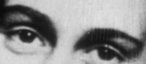 Lazio choc: adesivi in curva con la foto di Anna Frank che indossa la maglia della Roma