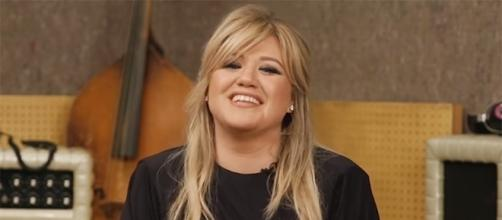 Kelly Clarkson opens up about her past body image issues. (Entertainment Weekly/YouTube)