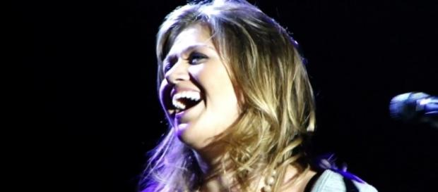 Kelly Clarkson opens up about her struggles as a singer. (Image Credit: Febarrosbr/Wikimedia Commons)