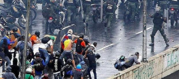 rioters and police face off on the streets of Venezuela - Jelcve - Flickr