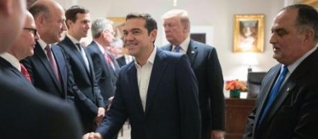 Vice-Chefe de Protocolo do Departamento de Estado Michael Karloutsos (à direita) ao lado de Tsipras durante toda sua visita
