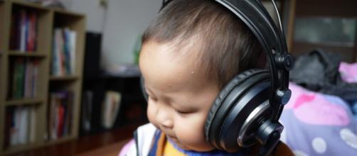 Give your kids a safe listening tool (Image via: shqpncb/pixabay)