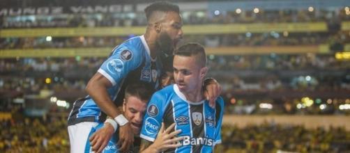 Gremistas comemorando um dos gols de Luan na semifinal (Imagem ESPN.com.br)