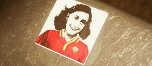 L'immagine di Anna Frank con addosso la maglia della Roma è stata diffusa in curva Sud durante la partita della Lazio contro il Cagliari