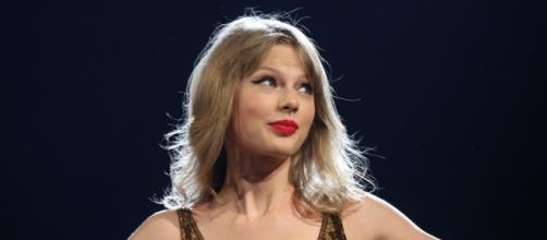 Taylor Swift performing at concert. [Image Credit: Eva Rinaldi/Flickr]