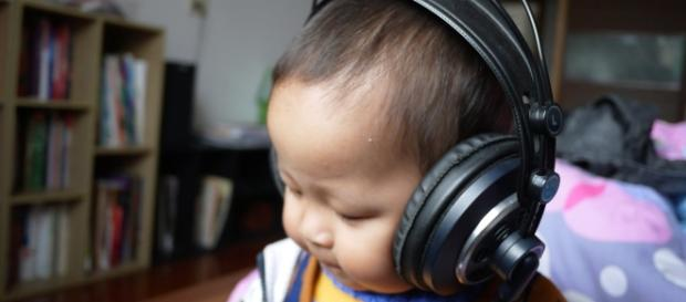 Give your kids a safe listening tool (Image via: shqpncb/pixabay)