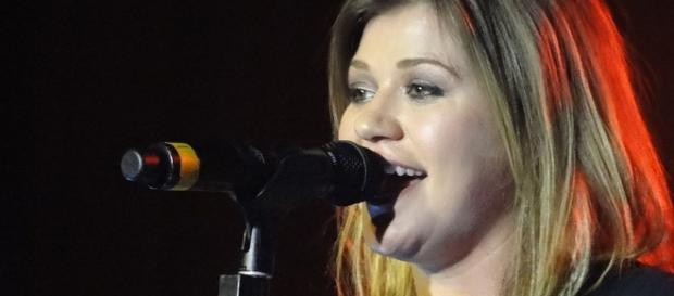 Kelly Clarkson clarifies previous statement about her suicidal thoughts. (Image Credit:Bryan Horowitz/Flickr)
