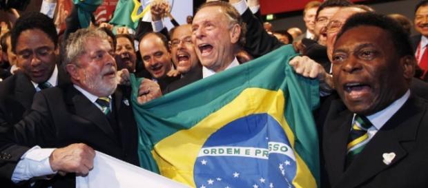 Lula e Pelé comemoram a escolha do Brasil (imagem do El País)