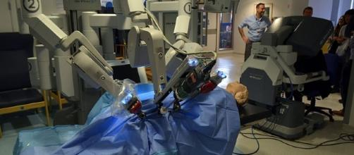 A new study suggests that human surgeons are still better compared to robots. [Image Credit: Cmglee, Wikimedia Commons]