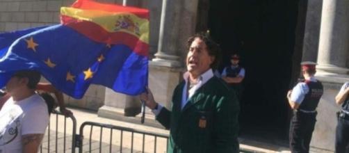 Álvaro de Marichalar con banderas