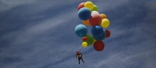 Daredevil takes to the South African skies with a lawn chair & helium balloons. [Image credit: The Adventurists/YouTube]