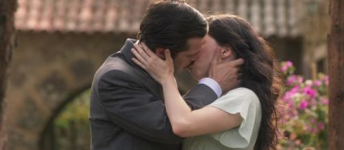 Em princípio, Lucinda se assusta com Inácio, mas depois retribui o seu beijo. ( Foto: Reprodução)