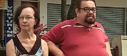 Homem agride mulher em praça pública