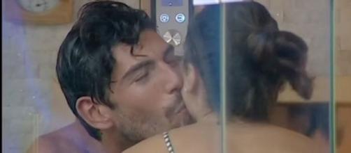 Ignazio Moser bacia Cecilia Rodriguez in sauna