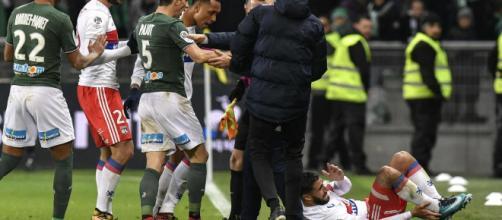 Les joueurs Lyonnais et Stéphanois lors de la faute de Léo Lacroix sur Nabil Fekir