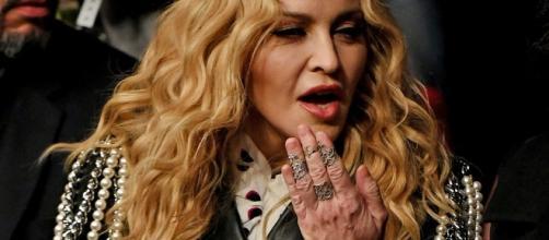 Madonna visita favela em pleno confronto no Rio de Janeiro