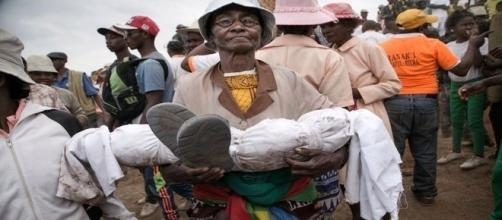 Mãe desenterra cadáver do filho de três anos e o exibe pelas ruas de Madagascar (AFP)