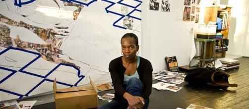 Njideka Akunyili Crosby all'opera con la sua tecnica del collage