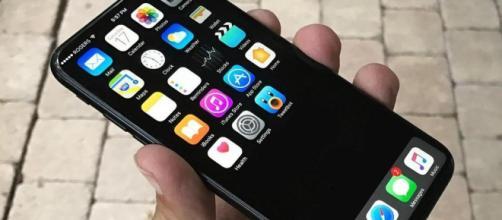 Ricarica senza fili e niente tasto home: così sarà l'iPhone 8 - La ... - lastampa.it