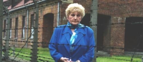 Eva Mozes Kor em uma de suas visitas a Auschwitz (imagem Google)