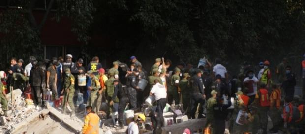 Rescatistas en el edificio colapsado de viaducto entre Amores y Monterrey.