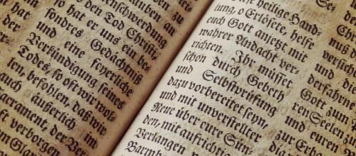 Il testo sacro Bibbia in una versione antica.