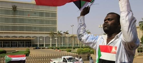 Un cittadino di Khartum trionfante dopo la definitiva revoca delle sanzioni economiche da parte degli USA