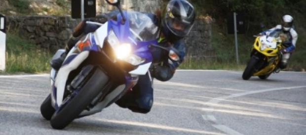 A bordo della sua moto scappa dalla polizia e pubblica il video online - immagine di repertorio dal web.