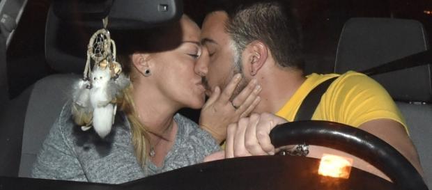 Belén Esteban y Miguel Martos se dan un beso en el coche.